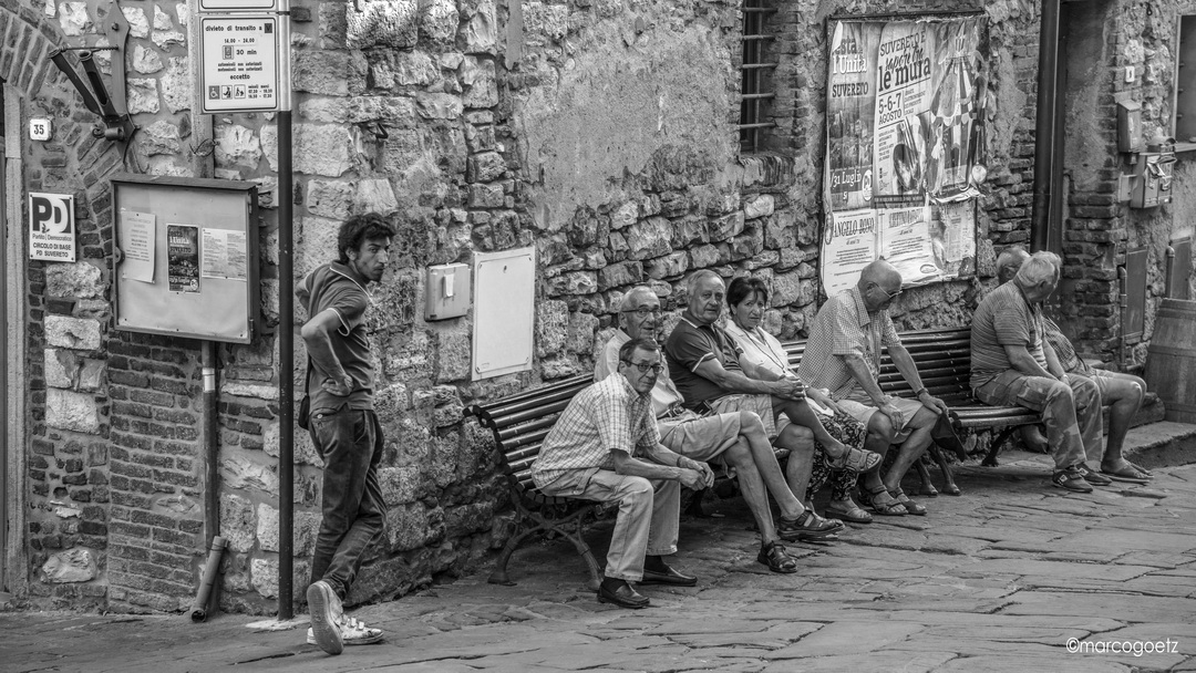 PEOPLE IN THE VILLAGE CENTRE SUVERETO ITALY